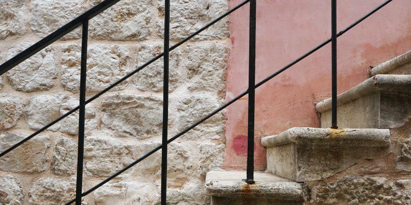At foretrække et trappegelænder